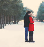 Barnet kopplar ihop förälskad det fria i vintern Arkivfoto