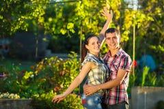 Barnet kopplar ihop förälskat har roligt utomhus Ung härlig mor Arkivfoton