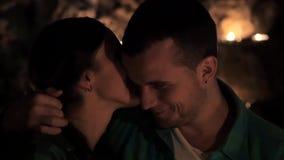 Barnet kopplar ihop förälskat kyssa vid levande ljus stock video