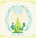 Barnet kopplar ihop flört- och drinkchampagne nära vid julgranen Arkivbilder