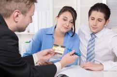 Barnet kopplar ihop i ett möte - försäkring eller banken Arkivfoton