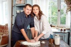 Barnet kopplar ihop i köket som spelar med mjöl Fotografering för Bildbyråer
