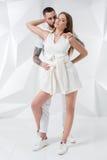 Barnet kopplar ihop i tillfälliga kläder på vit bakgrund Royaltyfria Bilder
