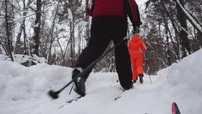 Barnet kopplar ihop längdlöpning i vinternatur under snöfall i ultrarapid 1920x1080 arkivfilmer