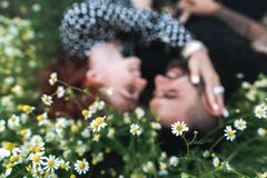 Barnet kopplar ihop lögner på fältet med tusenskönor royaltyfri fotografi