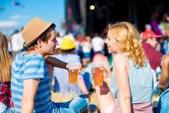 Barnet kopplar ihop med öl på sommarmusikfestivalen royaltyfri fotografi
