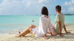 Barnet kopplar ihop på den vita stranden under sommarsemester Lyckliga vänner tycker om deras bröllopsresa på den exotiska ön stock video