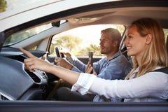 Barnet kopplar ihop på en tur i en bil som navigerar med en smartphone arkivfoton