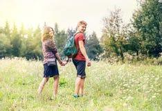 Barnet kopplar ihop på gå i sommarskog Arkivfoto