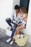 Barnet kopplar ihop sammanträde på moment som ser en resehandbok, Ibiza arkivbilder