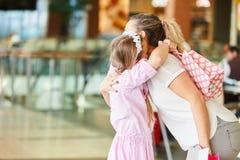 Barnet kramar modern, i att shoppa gallerit royaltyfria bilder