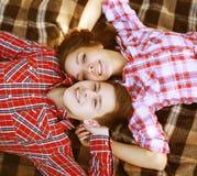 Barnet kyler lyckligt ha tillsammans förälskad gyckel Royaltyfria Bilder