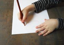 Barnet lär att skriva Royaltyfria Foton