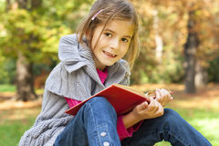 Barnet lärer i naturen Arkivbilder