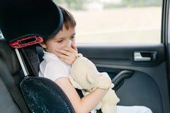 Barnet lider från rörelsesjukdom i bil Royaltyfria Bilder