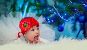 Barnet ligger på filten och att se in mot modern Fotografering för Bildbyråer