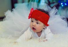 Barnet ligger på filten och att se in mot modern Royaltyfri Bild
