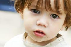 barnet little förlorade poor Arkivfoto