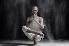 Barnet lugnar den caucasian mannen som gör yoga, eller pilates övar Sitta i satt position, halva Lotus Toe Balance Royaltyfri Bild