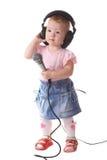 barnet lyssnar musik till Arkivfoto