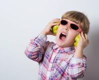 barnet lyssnar musik till Royaltyfri Bild