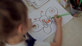 Barnet målar teckningen med blyertspennor stock video