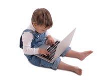 Barnet med bärbara datorn Arkivbilder