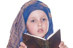 Barnet med boken Royaltyfria Foton