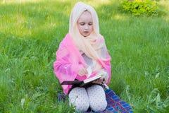 Barnet med boken på en kurs royaltyfri fotografi