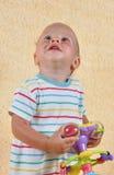 Barnet med en toy Royaltyfri Bild