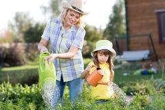 Barnet och mamman är trädgårdsmästare fotografering för bildbyråer