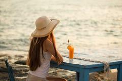 Barnet passade kvinnan i sommardräktplacering på träblåttstolbu Arkivfoton
