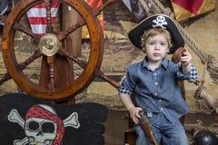 Barnet piratkopierar Arkivbild
