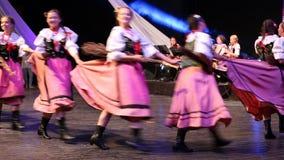 Barnet polerar dansare i traditionell dräkt stock video