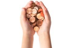 Barnet räcker hållande mynt för eurocent Arkivbild