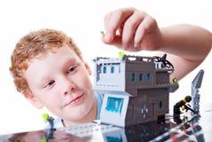 barnet samlar constructoren Arkivbilder