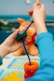 Barnet samlar den logiska leksaken Fotografering för Bildbyråer