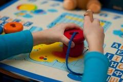 Barnet samlar den logiska leksaken Arkivbilder