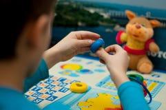 Barnet samlar den logiska leksaken Royaltyfri Foto