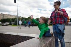 Barnet ser löjligt kalla upp upp någon Royaltyfri Fotografi
