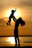 barnet silhouettes kvinnor Fotografering för Bildbyråer