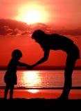 barnet silhouettes kvinnor Royaltyfria Foton