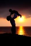 barnet silhouettes kvinnor Arkivfoto