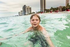 Barnet simmar Fotografering för Bildbyråer