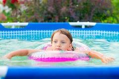 Barnet simmar i pölen arkivfoton