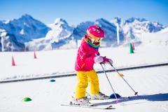 Barnet skidar in skolan Arkivfoto