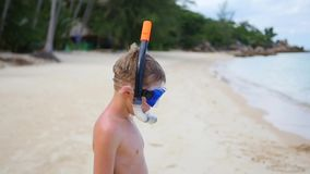 Barnet skriver in havet för att snorkla utomhus- sportar dykning lager videofilmer