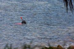 Barnet snorklar i havet Royaltyfria Bilder