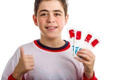 Barnet som bär exponeringsglas 3D, gör framgångtecknet och rymmer andra fyra Arkivfoto