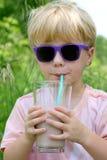 Barnet som dricker choklad, mjölkar Royaltyfria Bilder